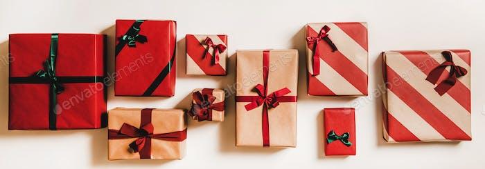 Festliche Geschenkboxen in Geschenkpapier mit Schleifen verziert