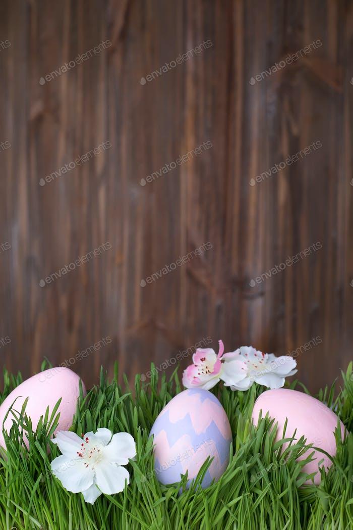 dekorierte Ostereier im Gras