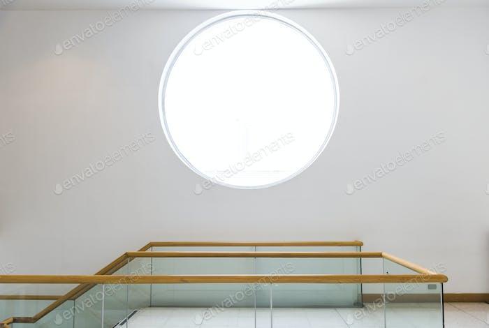 Rundes Fenster an einer weißen Wand