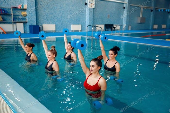 Аква аэробика, упражнения с гантелями в бассейне