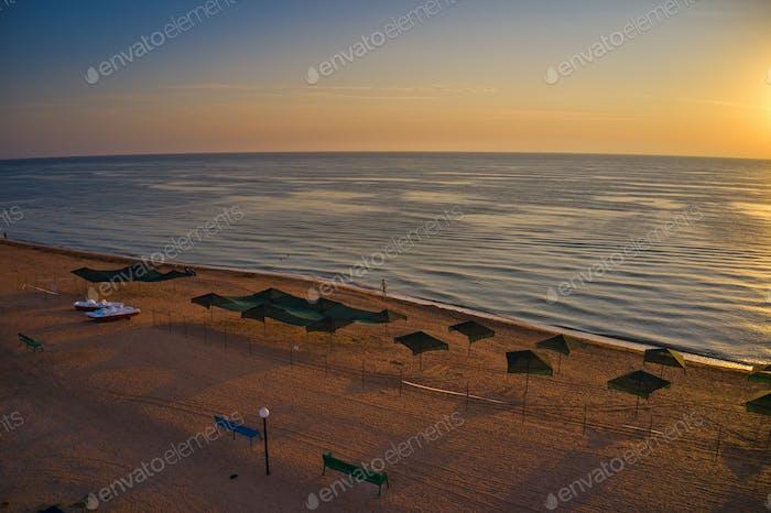 Sombrillas de playa al amanecer