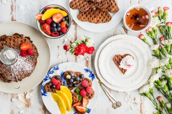 Tischset zum Frühstück mit hausgemachten Schokoladenwaffeln und Berr