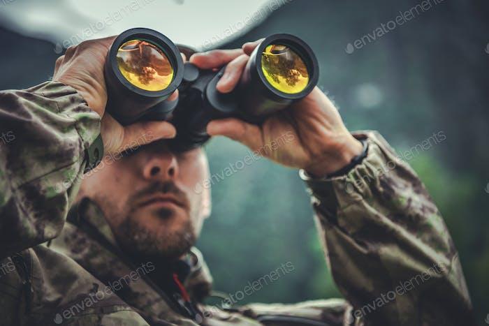 Armee Soldat mit Fernglas