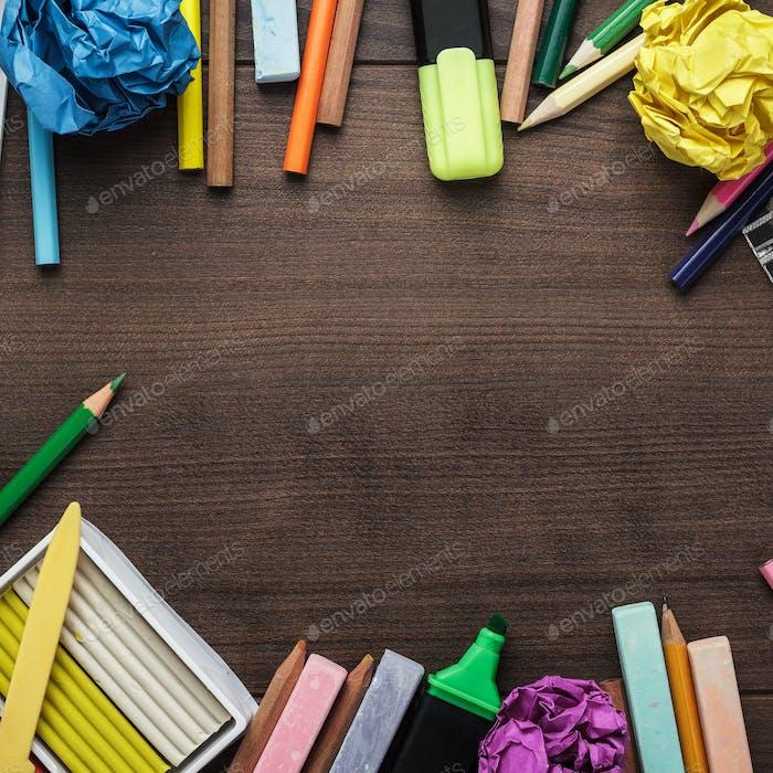 Schulbedarf mit Kopie Platz auf Tisch