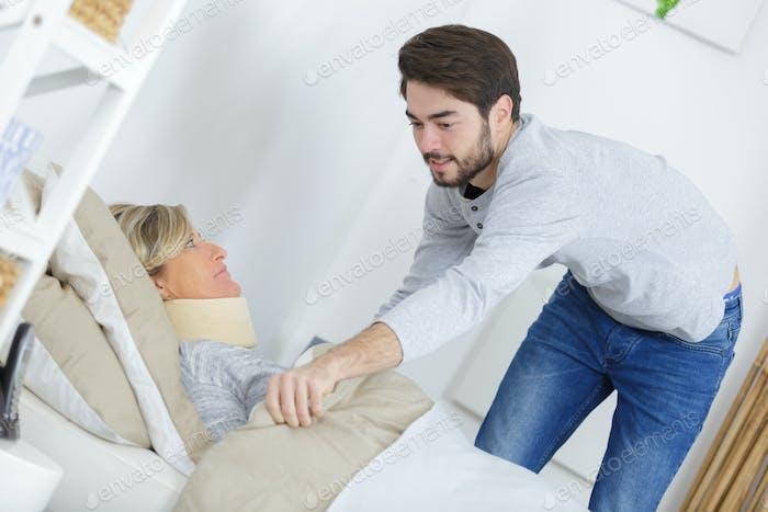 Молодой человек потянув одеяло вокруг леди носить шеи скобка