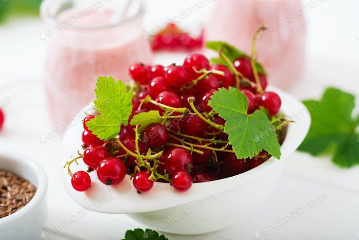Red currant in a bowl
