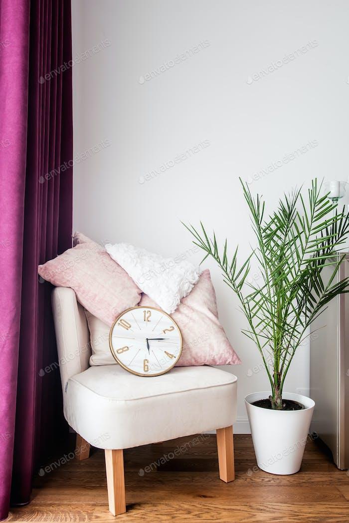 Lila Vorhänge, gemütlicher Sessel, Kissen und TV-Ständer im modernen Wohnzimmer