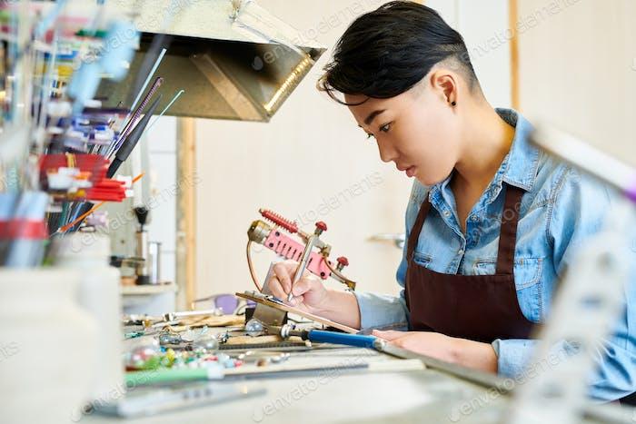 asiatische Frau in Glasbearbeitung Studio