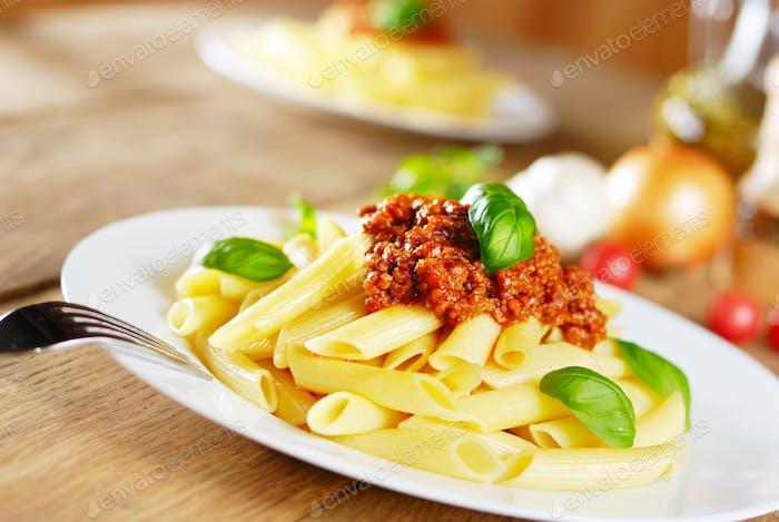 Pasta Rigatoni auf dem weißen Teller
