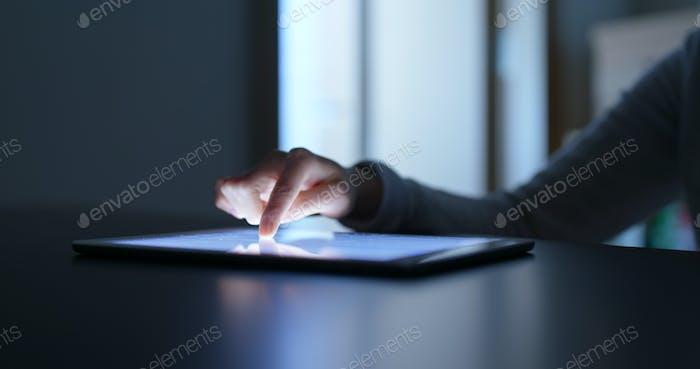 Frau Verwendung von Tablet-Computer