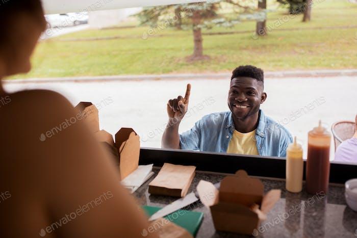 афро-американец, заказывая вок на грузовике с едой