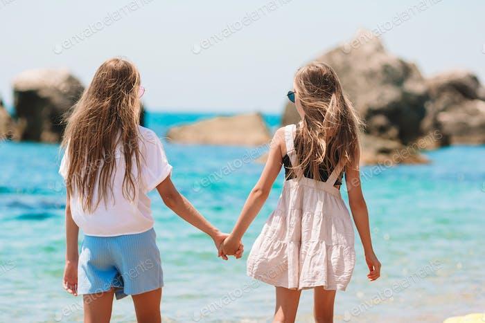 entzückend kleine Mädchen haben eine Menge Spaß auf die Strand