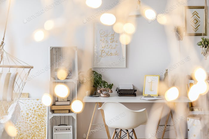 Zimmer mit kreativer Beleuchtung