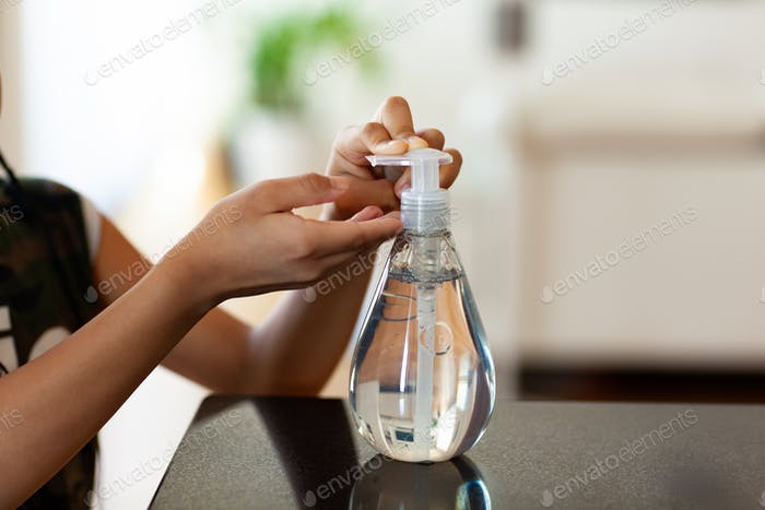 Black African American Kinder Hand mit antibakteriellen antiseptischen Hand Desinfektionsmittel Gel