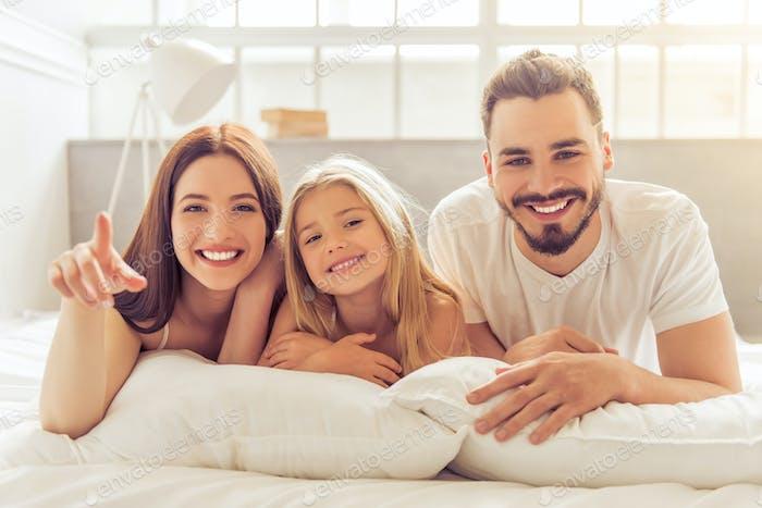 Glückliche Familie am Morgen