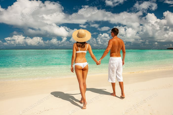 Paar auf einem Strand auf Malediven