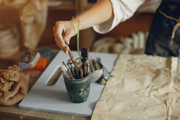 Eine junge Frau macht Gerichte in einer Keramik