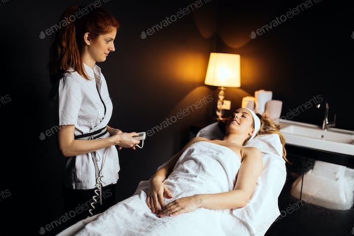 Therapeut bereitet sich auf Klienten zu behandeln