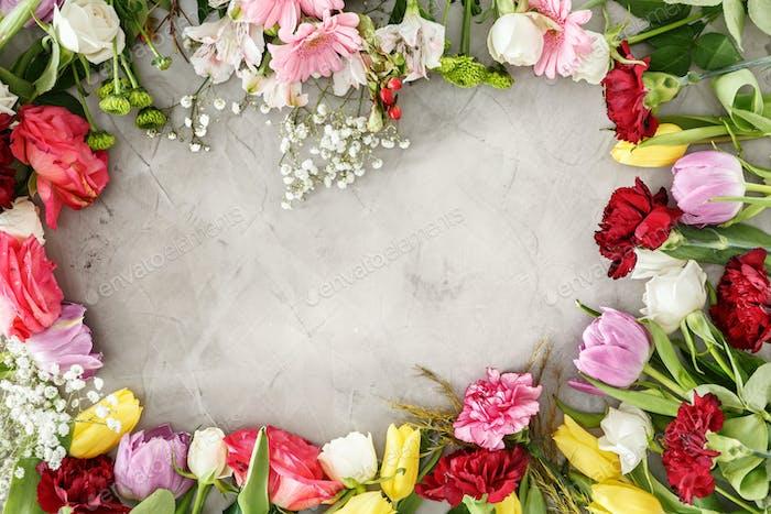 Bunte Blumen auf grauem Tisch