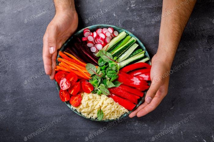 Buddha Schüssel vegetarisch.aw Gemüse und in Couscous