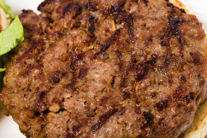Appetitliche gegrillte Rinder-Burger mit Streifen Nahaufnahme.