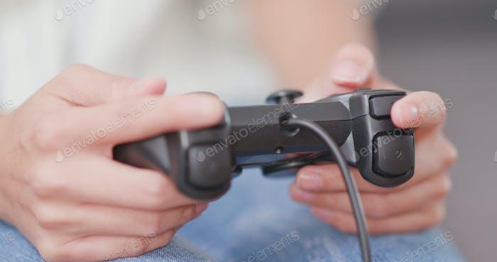 Mujer jugando al Vídeo juego