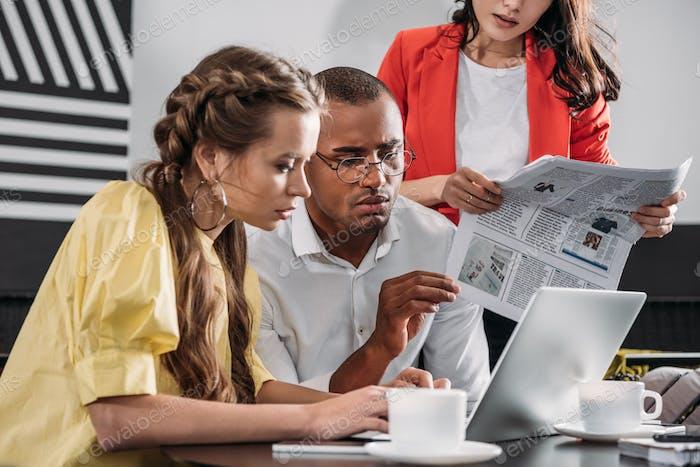 junge moderne Geschäftsleute arbeiten zusammen