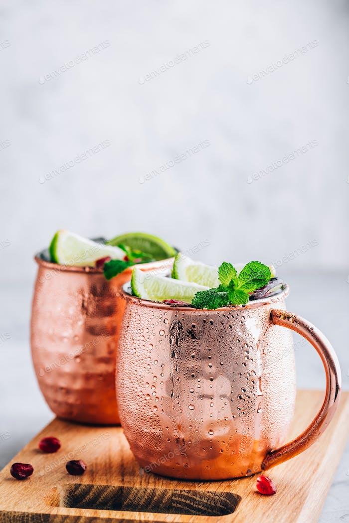 Iced Cold Moscow Mule Cocktail mit Limette und Granatapfel