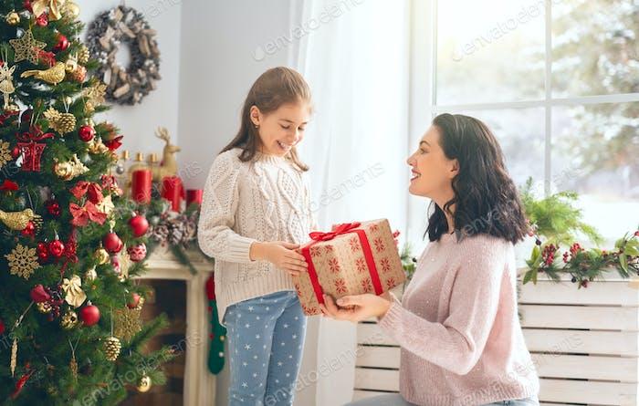 mamá y hija intercambiando regalos