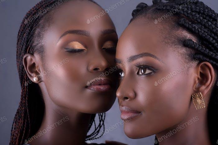 Bild von zwei schönen schwarzen afrikanischen Modellen