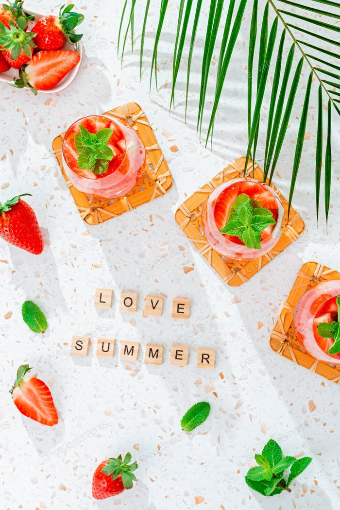 Cita de verano de amor con menta y fresa cóctel en la mesa