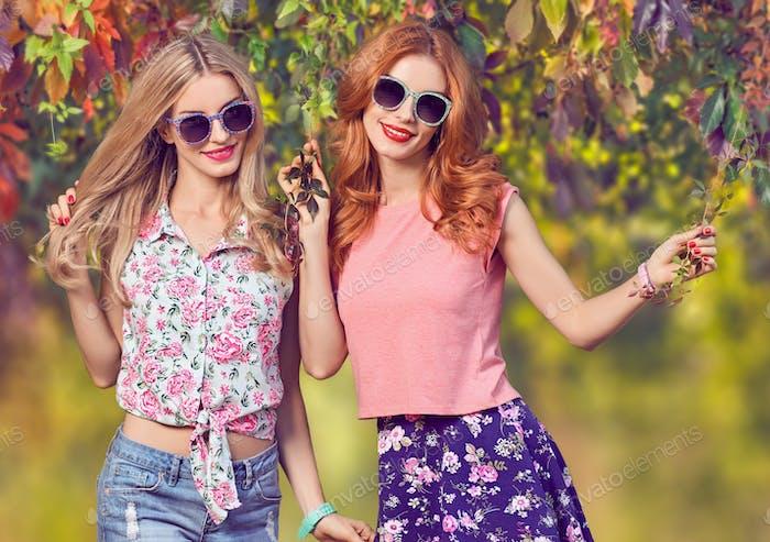 Herbstmode. Freunde Mädchen mit Spaß.outdoor park