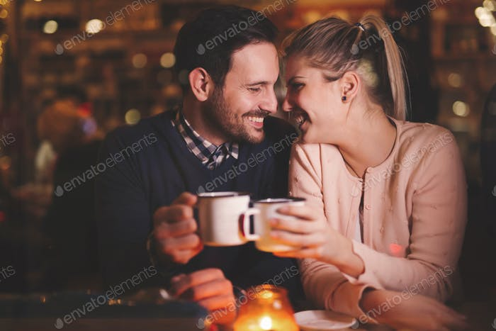 pareja romántica citas en pub