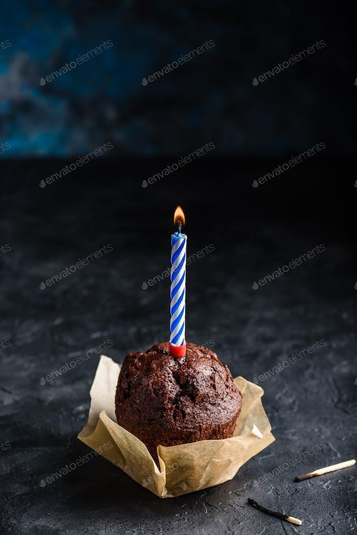 Schokoladenmuffin mit Geburtstagskerze