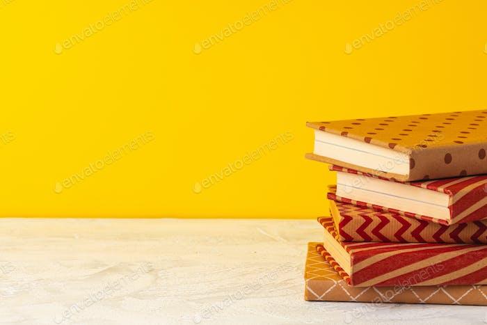 Libros apilados en la vista frontal del escritorio de madera