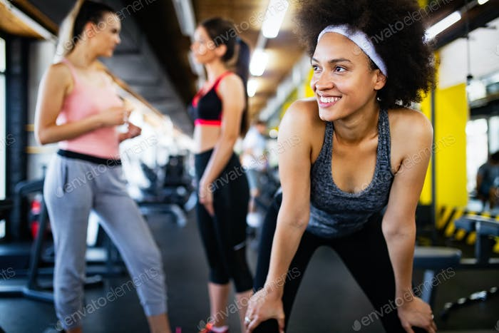 Bild des fröhlichen Fitness-Teams im Fitnessstudio