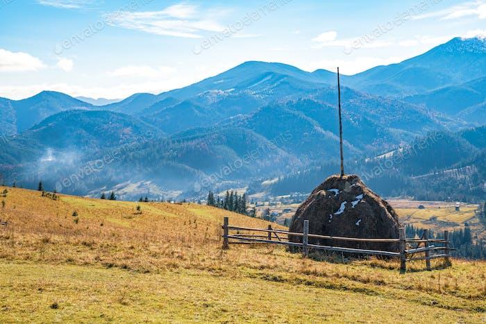 Wunderbare Natur der Karpaten in den Hügeln, Wäldern, Wiesen und außergewöhnlichem Himmel dargestellt