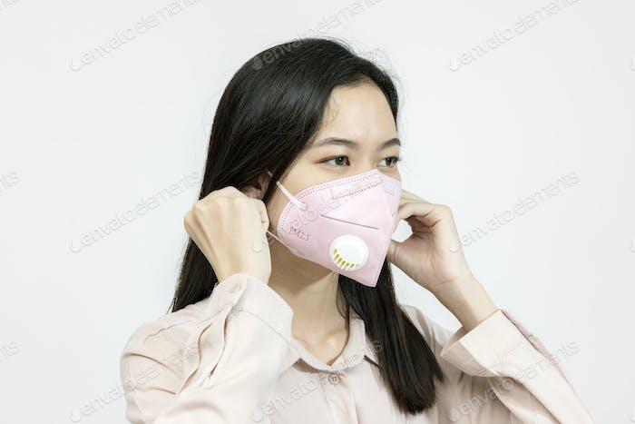 Chica asiática usando una mascarilla