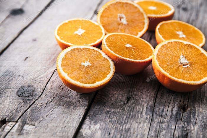 frescas, naranjas sobre un Fondo de De madera