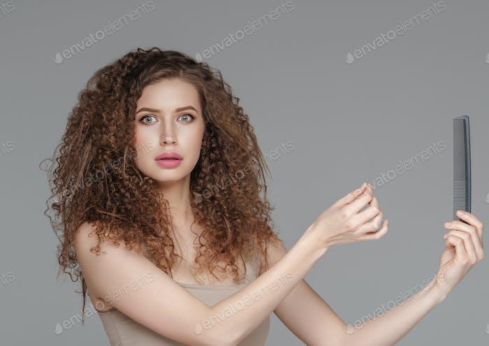 Haarausfall Frau Bürsten lockige Frisur