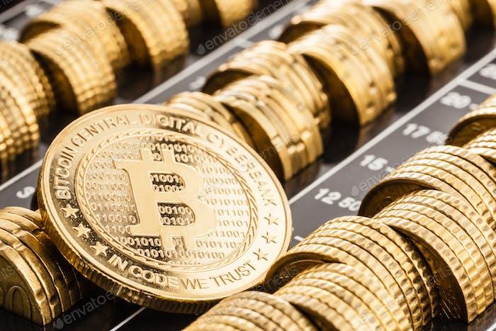 Bitcoin de oro sobre monedas de euro