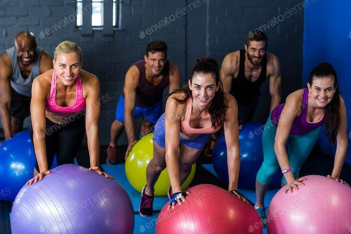 Athleten lächelnd beim Training auf Fitnessball