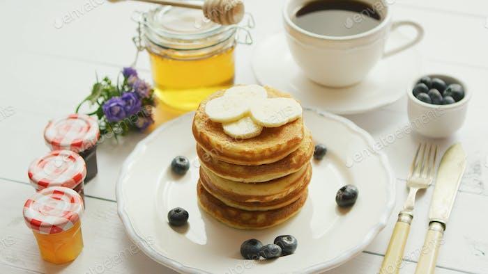 Pfannkuchen mit Scheiben von Banane und Beeren