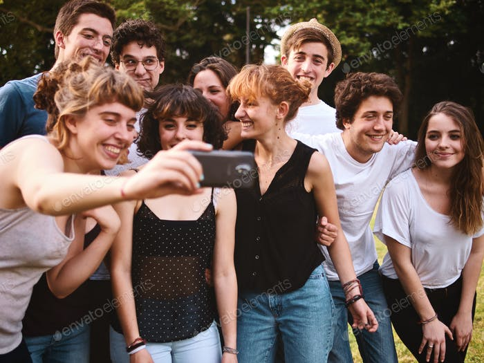 große Gruppe von Teenager-Freunden nehmen ein Selfie mit einem Handy Kamera Telefon
