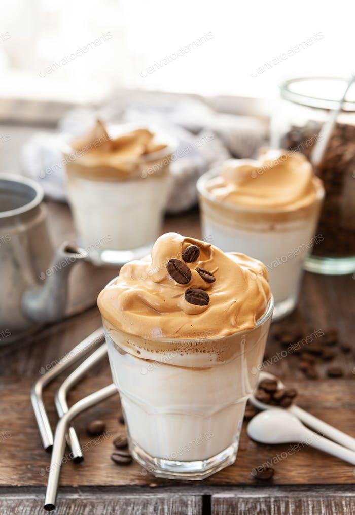 Schlagsahne Kaffee in einem Glas