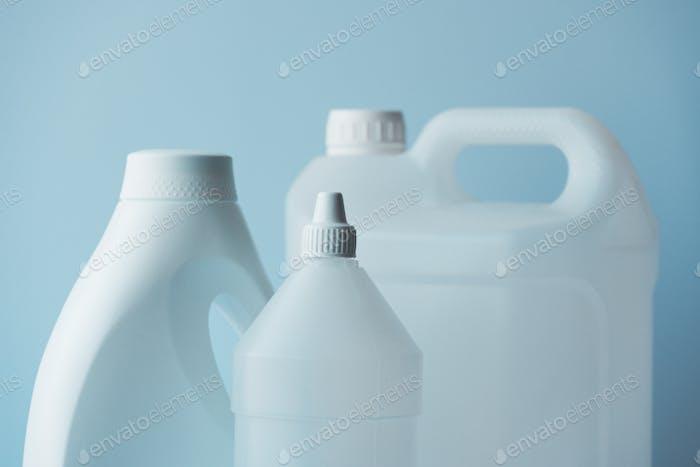 Weiße Kunststoff-Kanister und Flaschenkanister für chemische Flüssigkeiten
