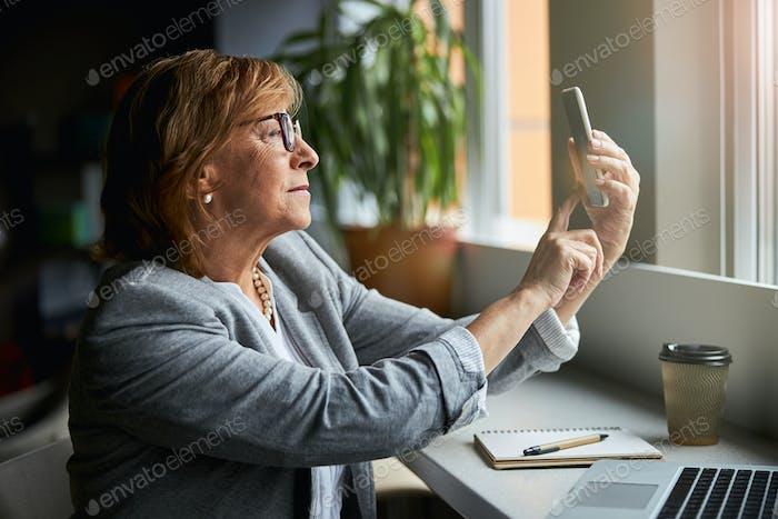 Primer plano de una mujer seria que recibe una llamada de ingresos