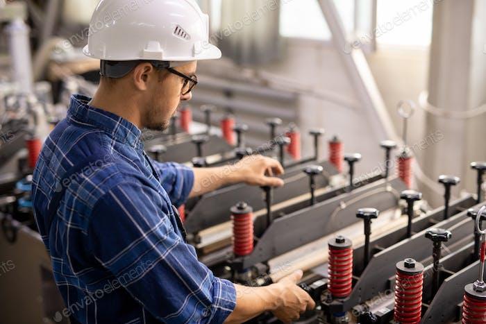 Ingenieur in Schutzhelm und Arbeitskleidung Prüfung neuer Industrieanlagen