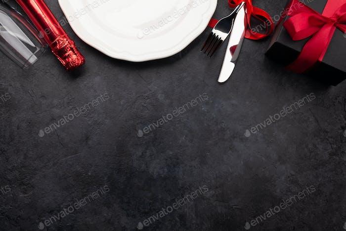 Valentinstag mit Teller, Champagner und Besteck