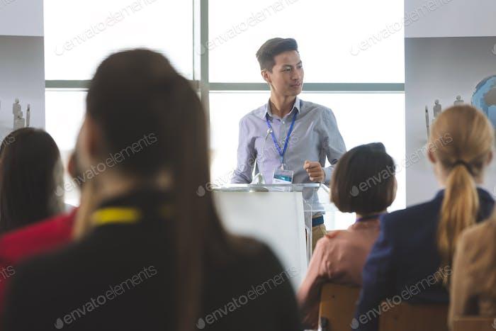 Geschäftsmann spricht auf Business-Seminar vor Geschäftsleuten sitzen im Büro